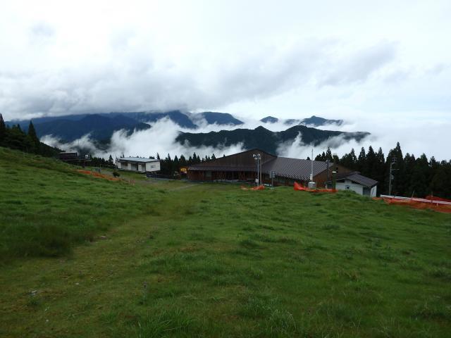 剣山スキー場のロッジを眺める