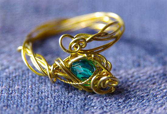 緑の石の指輪