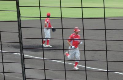 P7084381トウヤB 4回裏5番がダメ押しの左越え本塁打を放つ