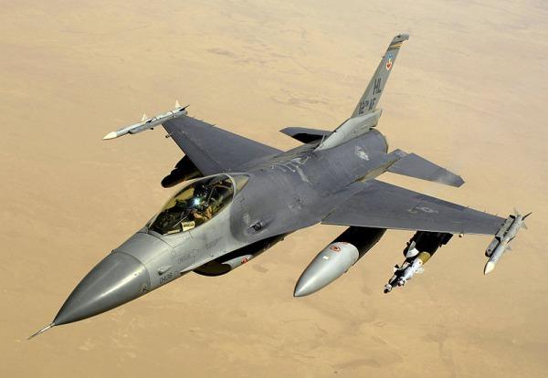 アメリカで米空軍F16戦闘機とセスナ150型機が衝突