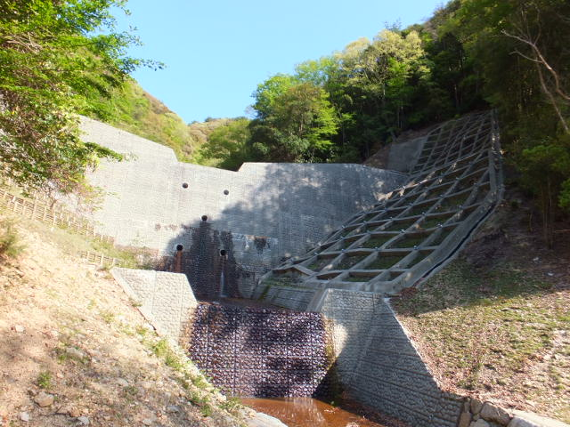 大きな堰堤