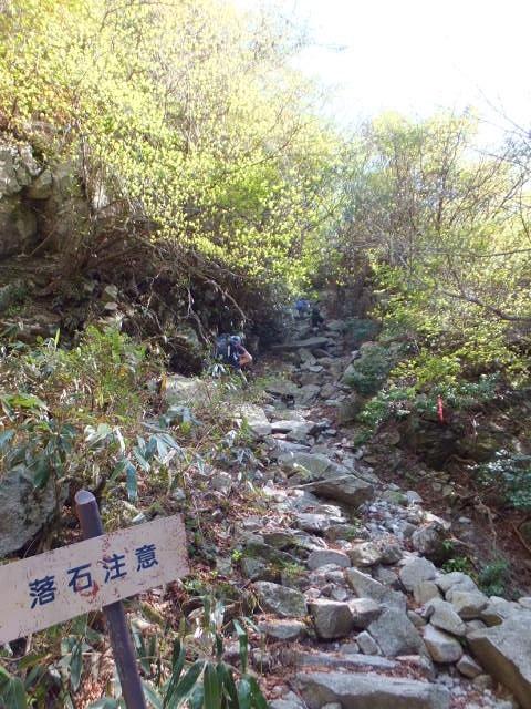 滝の横を登る