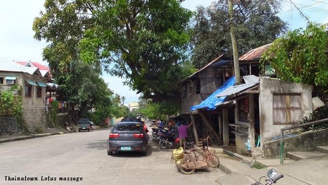 前の写真の、トレド市内の小さなクリニックの前の道で