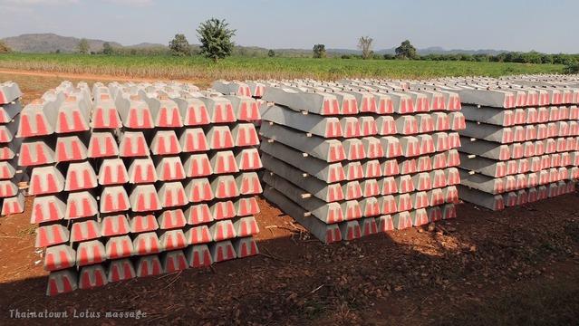 線路改修工事の為に用意された枕木、2015.01.カンチャナブリ県で。