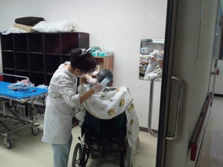 病院で母が美容師にヘアカットされてるとこをデジカメ写真撮影