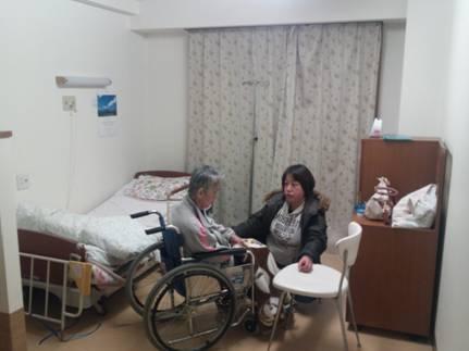 入居し始めた介護老人保健施設:ケアセンターわか葉の一室で嫁と語らう母