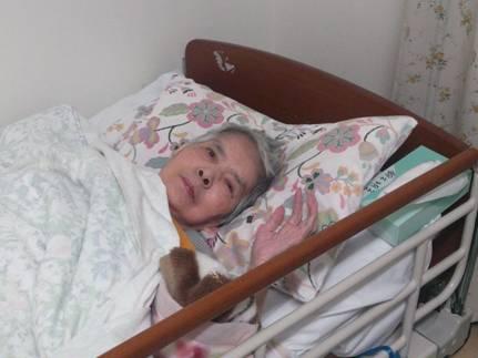 胃ろうが終わり30分してベッドに入り甘える母が可愛かった