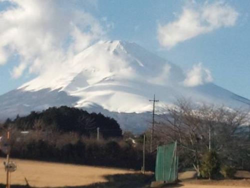 雲の影が富士山の白い雪に写った富士山を裾野市から写真撮影した