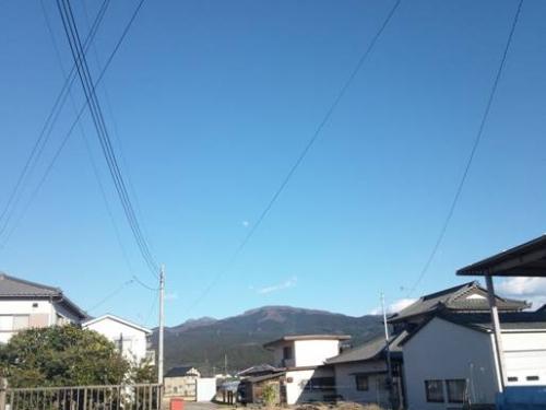 裾野市から東側の青空の下に見えた箱根の山を写真撮影。