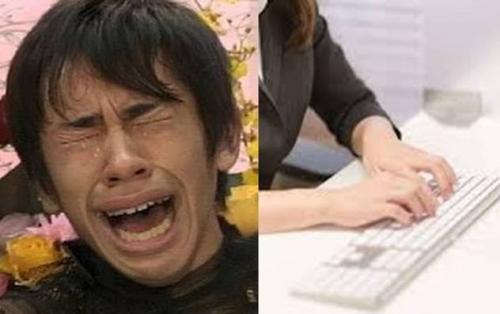 検察庁の検事の前で書記が素早きPCキボートで会話を打つ中で僕は反省しながら織田信成の様に泣いたフリーイラスト画像