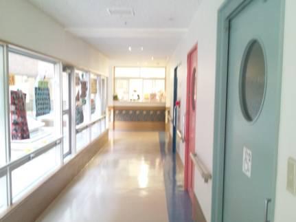 母の入居する静岡県裾野市の介護老人保健施設の病室前から受付をデジカメ写真撮影した