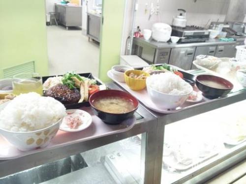 【病院食堂のカウンター】嫁と2人、ごはん特盛り(無料)をAランチ¥500。