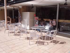 山梨県おぶちさわ道の駅の外部テラスで昼食の光景を撮影しました
