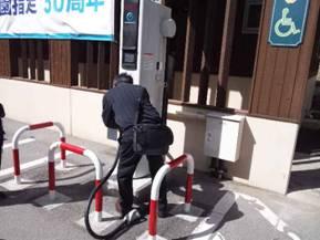 道の駅こぶちさわで電気自動車の急速充電スタンドを利用する方を写真撮影した