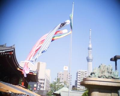鯉のぼりと東京スカイツリー・浅草寺:R2