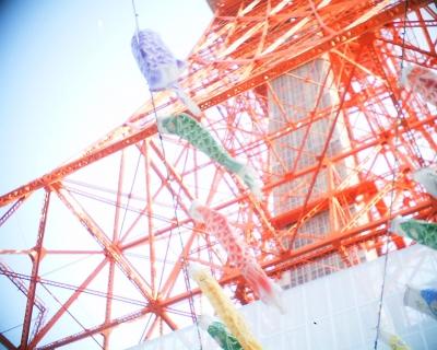 東京タワーの鯉のぼりと上弦の月:R2