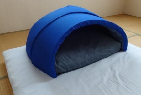 布団に対してこれくらいの大きさのドーム枕です。