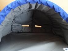 枕を取った、ドームの中。