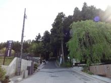 15:35 バス停から2~3分坂を登ります。