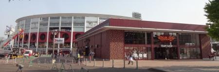 15:51 楽天 Koboスタジアム宮城 と 右手前はチームショップ