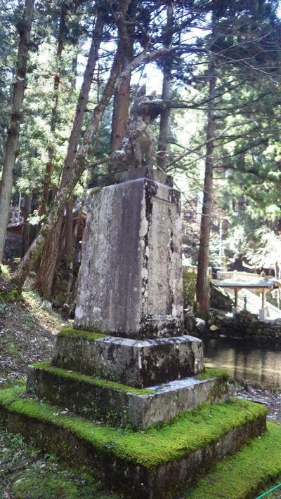霊犬早太郎の石像