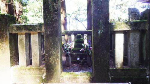 霊犬早太郎の墓