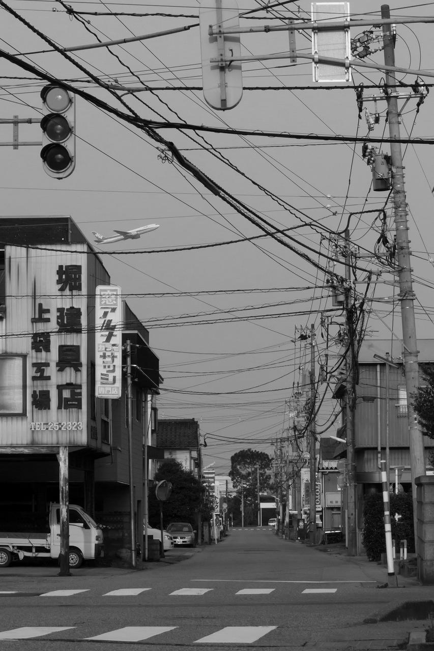 富山空港_H27_3_22_白黒