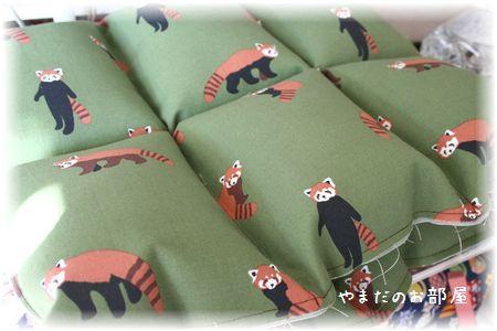 レッサーパンダの猫ベッド途中・・・