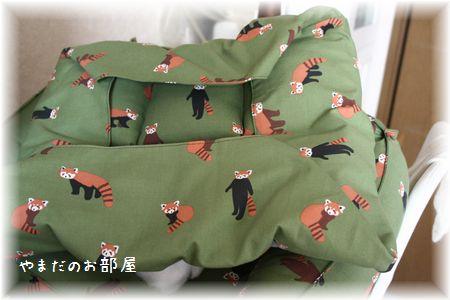 レッサーパンダの猫ベッド途中①