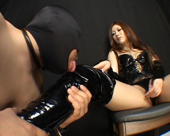 ボンテージ女王様の足裏を舐めたりブーツコキされM男が昇天の脚フェチDVD画像1