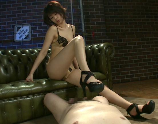 清純そうなショートカットの美少女が足裏と言葉でM男責めの脚フェチDVD画像3