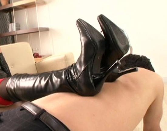 ドエスなボンテージお姉さんがガーストとブーツで足責めの脚フェチDVD画像2