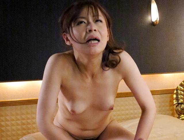 媚薬を飲まされ白目で痙攣しまくる風俗嬢のローション足コキの脚フェチDVD画像6