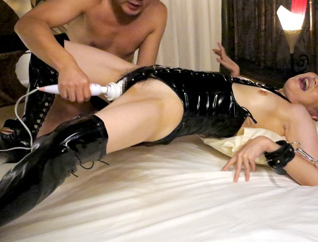 媚薬を飲まされ白目で痙攣しまくる風俗嬢のローション足コキの脚フェチDVD画像5