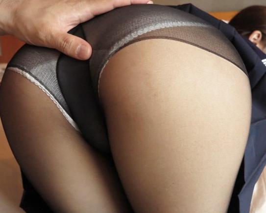 ムチムチした黒パンストJKが変態オヤジに中出し着衣SEXされるの脚フェチDVD画像1
