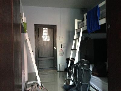 広い部屋に清潔なベッド