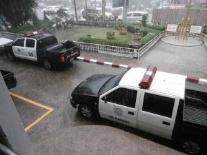 雨にあたるパトカー