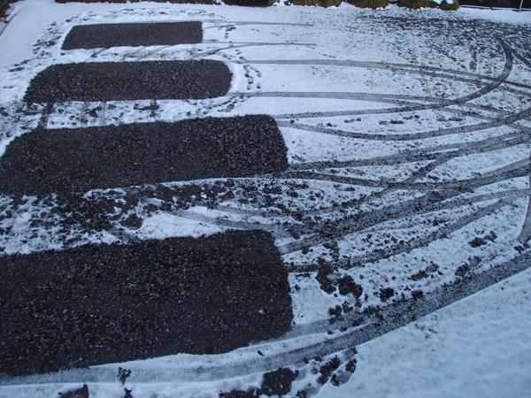 タイヤの跡