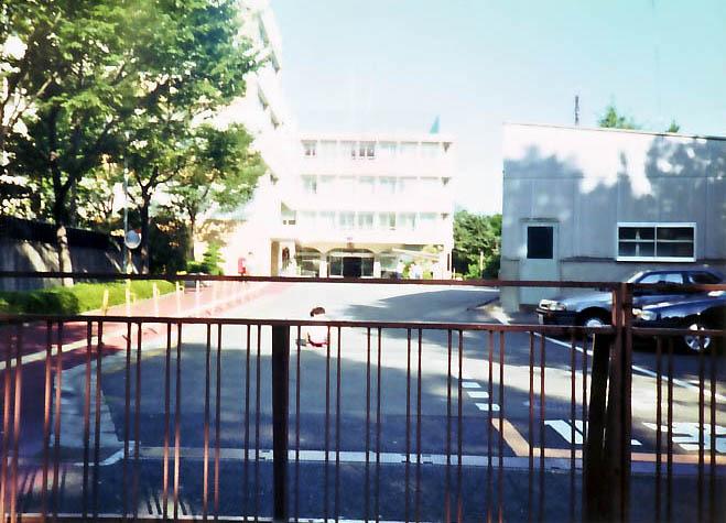 新宿戸山町時代の新宿センター玄関前遊ぶ子供