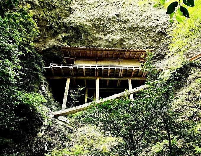 急峻な岩壁に建てられた龍岩寺・奥院礼堂