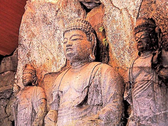 軟質凝灰岩に丸彫風に彫られた臼杵石仏