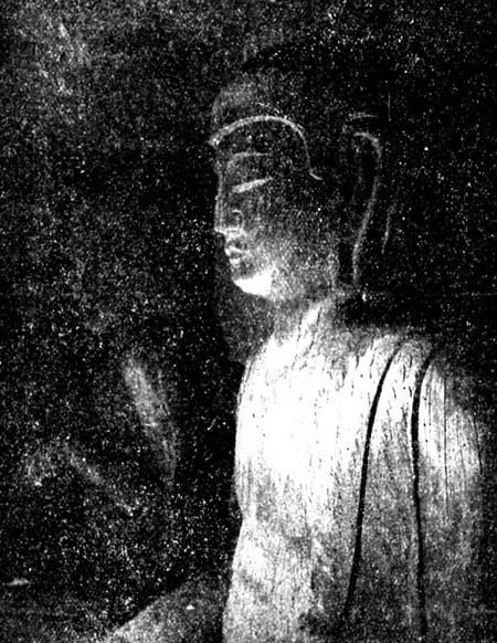 真っ暗な礼堂で明りに照らされた龍岩寺阿弥陀如来像(中央美術151号掲載)