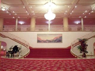 150704_3287「宝塚大劇場」劇場内正面大階段VGA