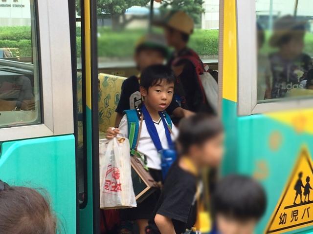 バスから降りてくるりくちゃん