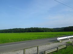 [写真]農園前に広がる青空と三舟山と田んぼの風景