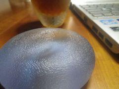 [写真]小指骨折のリハビリ用に利用しているゴムボール