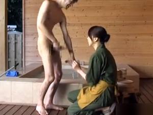 温泉で掃除のお姉さんに勃起チンポを見せつけたら一緒に混浴してフェラ抜きしてくれました!