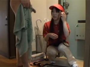 ピザの宅配のバイト娘に玄関先で勃起チンポを見せつけてオナ見せ!