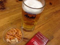 100円酒場ぼこ:ビールと柿ピー